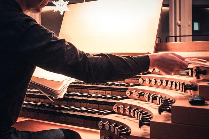 organ-player_small